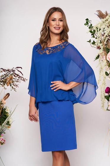 Rochie albastra midi de ocazie din stofa neelastica subtire cu aplicatii de dantela si suprapunere cu voal
