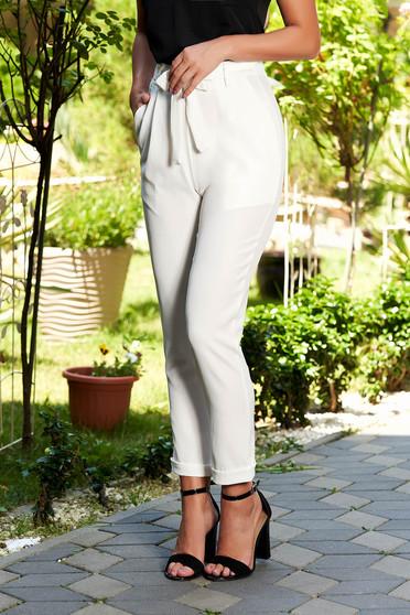 Pantaloni albi casual lungi cu buzunare in fata accesorizati cu cordon