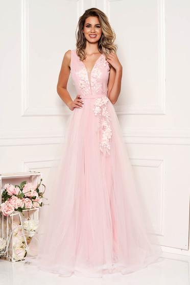 Rochie StarShinerS roz prafuit de ocazie in clos din tul cu decolteu adanc cu bust buretat cu aplicatii florale cu efect 3d