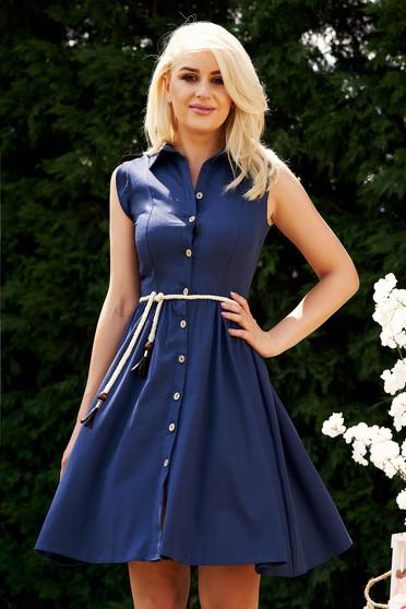 Rochie albastru-inchis casual de zi in clos midi cu guler si snur in talie fara maneci