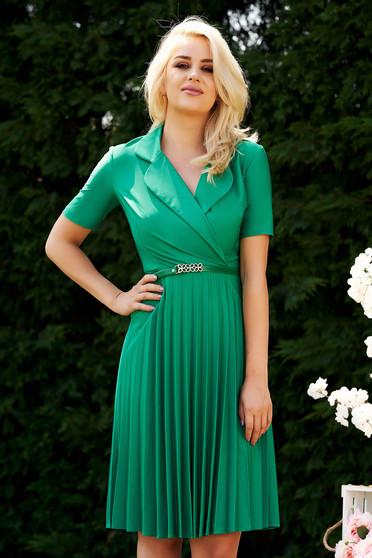 Rochie verde eleganta de zi midi in clos cu decolteu petrecut si fusta plisata