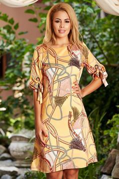 Rochie mustarie de zi midi cu croi in a din material subtire cu decolteu rotunjit si imprimeuri grafice
