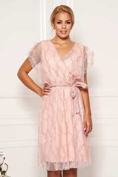 Rochie roz prafuit de zi in clos din dantela cu elastic in talie decolteu petrecut cu maneci scurte
