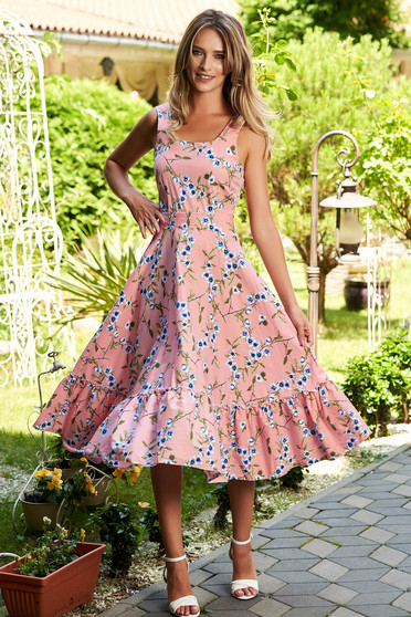 Rochie roz prafuit de zi midi in clos cu bretele si volanase la baza rochiei cu dungi si imprimeu floral