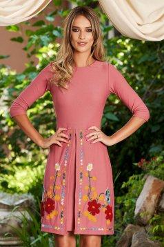 Rochie SunShine roz scurta de zi in clos cu maneci trei-sferturi din material usor elastic cu insertii de broderie