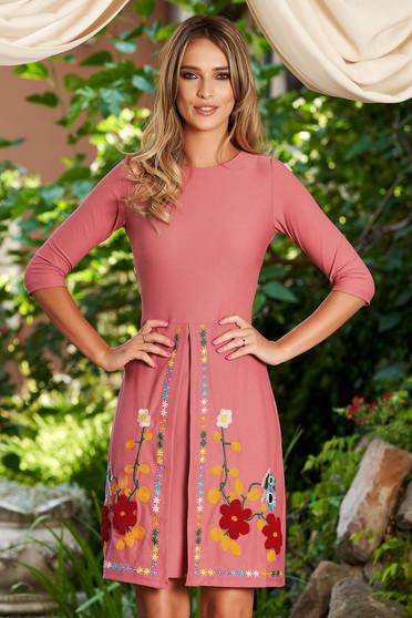 Rochie SunShine roz de zi din material usor elastic cu insertii de broderie