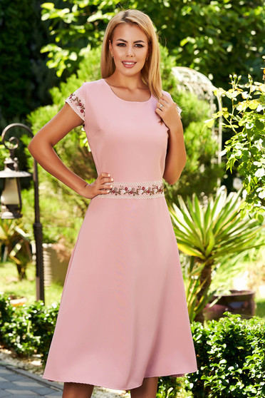 Rochie roz prafuit midi eleganta in clos din bumbac elastic cu maneca scurta si detalii brodate