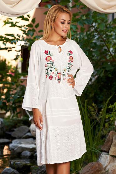 Rochie alba de zi midi din bumbac cu croi larg broderie florala cu maneci lungi pe umeri