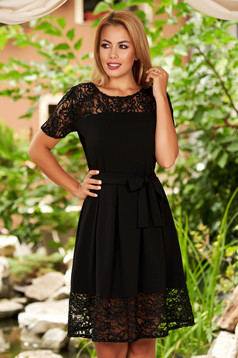 Rochie neagra scurta eleganta in clos cu decolteu la baza gatului si dantela