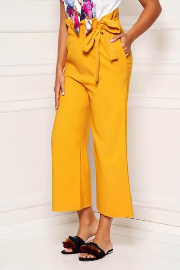 Pantaloni mustarii casual trei sferturi cu un croi drept si cordon in talie
