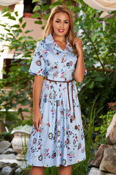 Rochie albastru-deschis de zi midi in clos cu maneci scurte cu guler si imprimeu floral