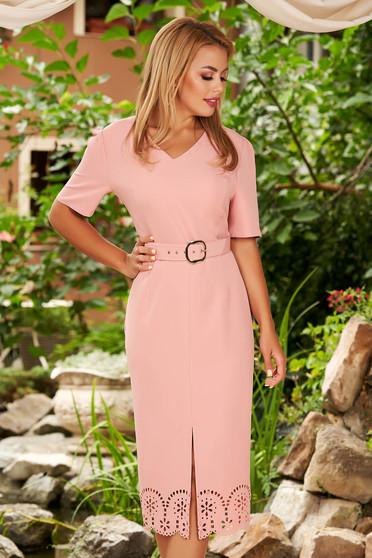 Rochie roz prafuit eleganta midi tip creion cu decupaje in material cu decolteu in v si accesoriu tip curea