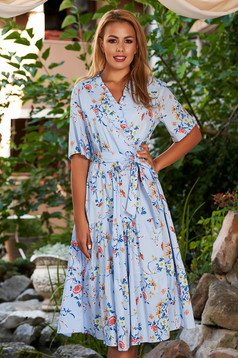Rochie albastra-deschis midi de zi in clos cu maneci scurte decolteu petrecut si imprimeu floral