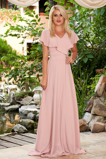 Rochie StarShinerS roz prafuit lunga de ocazie din voal in clos cu decolteu in v accesorizata cu brosa