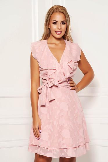Rochie PrettyGirl roz prafuit de zi scurta din voal cu decolteu petrecut cu volanase