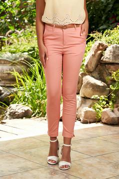 Pantaloni SunShine roz prafuit casual conici din bumbac cu buzunare in fata si accesoriu inclus