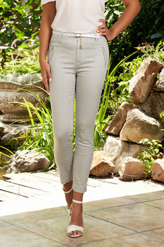 Pantaloni SunShine albi casual conici din bumbac cu imprimeuri grafice si accesoriu tip curea