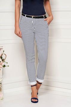 Pantaloni SunShine albi casual lungi conici cu buzunare in fata cu dungi si accesoriu tip curea