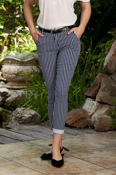 Pantaloni SunShine albastru-inchis casual lungi conici cu buzunare in fata cu dungi si accesoriu tip curea