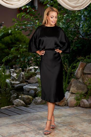 Rochie neagra eleganta de ocazie midi in clos din satin cu spatele decupat si maneci largi