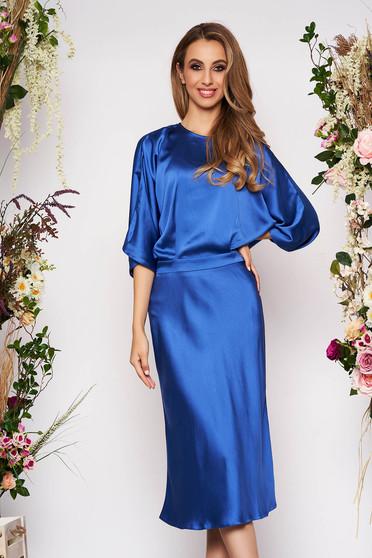 Rochie albastra eleganta midi de ocazie in clos din satin cu spatele decupat si maneci largi