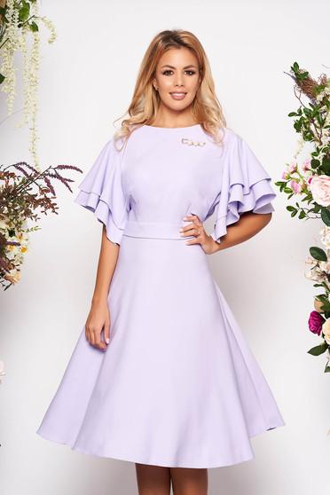Rochie lila de zi in clos cu maneci tip fluture cu decolteu rotunjit accesorizata cu brosa