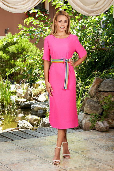Rochie roz de zi midi cu un croi drept cu decolteu rotunjit cu maneci scurte si dungi laterale