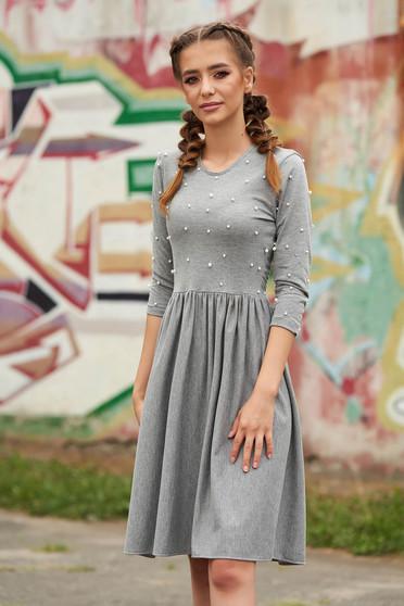Rochie StarShinerS gri scurta de zi in clos cu aplicatii cu perle si decolteu rotunjit