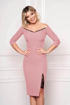 Rochie StarShinerS roz prafuit eleganta midi tip creion din stofa subtire cu maneci trei-sferturi umeri goi si aplicatii de dantela