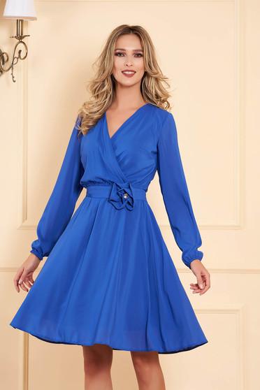 Rochie StarShinerS albastra midi de ocazie in clos din material vaporos cu elastic in talie cu maneci lungi si decolteu petrecut