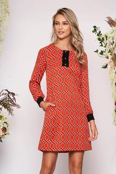 Rochie StarShinerS portocalie eleganta scurta cu un croi drept cu buzunare cu maneci lungi cu decolteu rotunjit cu imprimeuri grafice