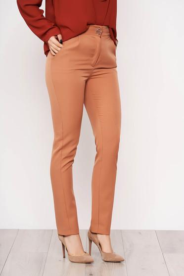 Pantaloni PrettyGirl cappuccino eleganti din stofa usor elastica cu un croi drept si buzunare