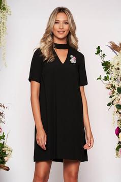 Rochie StarShinerS neagra scurta eleganta cu croi larg decupat la bust accesorizata cu brosa