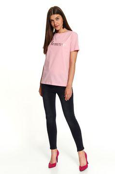 Tricou Top Secret roz deschis scurt casual din bumbac cu croi larg si mesaj