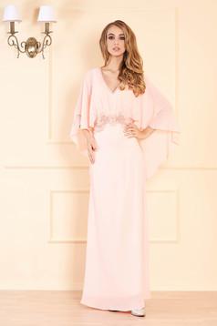 Rochie piersica lunga de ocazie in clos cu aplicatii cu margele cu decolteu in v cu bust buretat si suprapunere cu voal