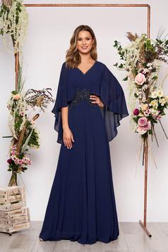 Rochie albastru-inchis lunga de ocazie in clos cu aplicatii cu margele cu decolteu in v cu bust buretat si suprapunere cu voal