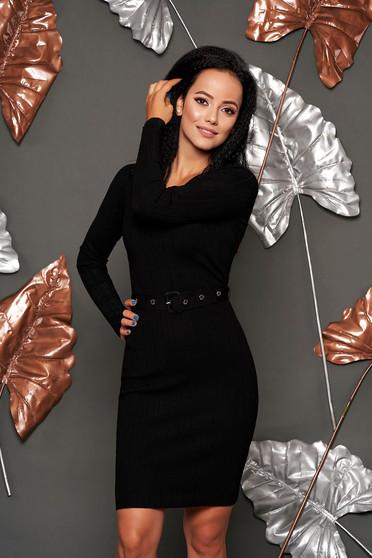 Rochie neagra midi scurta casual tip creion cu decolteu rotunjit cu maneci lungi si accesoriu tip curea