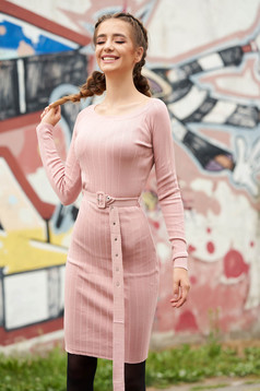 Rochie roz midi scurta casual tip creion cu decolteu rotunjit cu maneci lungi si accesoriu tip curea