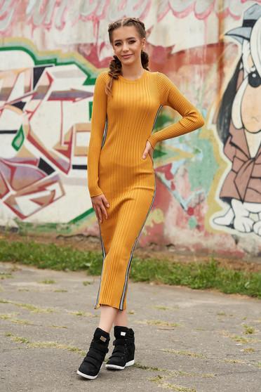 Rochie SunShine mustarie casual tip creion din material reiat tricotata cu decolteu rotunjit cu maneci lungi