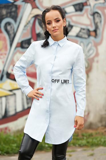 Camasa dama SunShine albastru-deschis casual asimetrica din bumbac cu croi larg cu maneci lungi si imprimeu cu scris