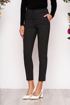 Pantaloni negri eleganti conici cu talie medie din stofa subtire cu buzunare in fata si imprimeuri grafice