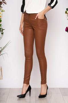 Pantaloni maro cerati casual conici cu talie medie si inchidere cu fermoar
