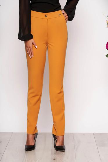 Pantaloni mustarii conici eleganti din stofa cu elastic in talie cu buzunare si aplicatii metalice
