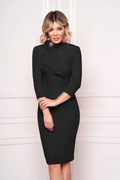 Rochie StarShinerS neagra eleganta office midi din stofa elastica accesorizata cu brosa la gat