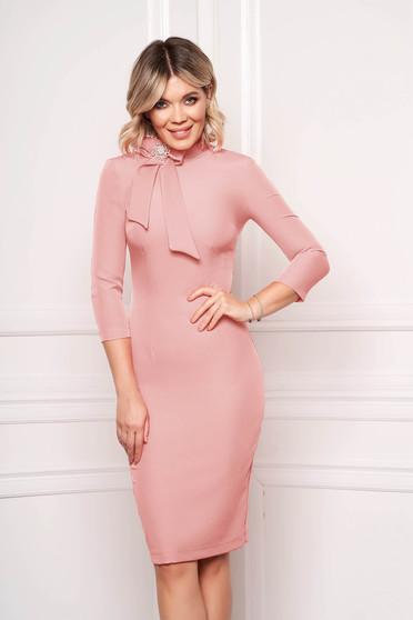Rochie StarShinerS roz prafuit eleganta office midi din stofa elastica accesorizata cu brosa la gat