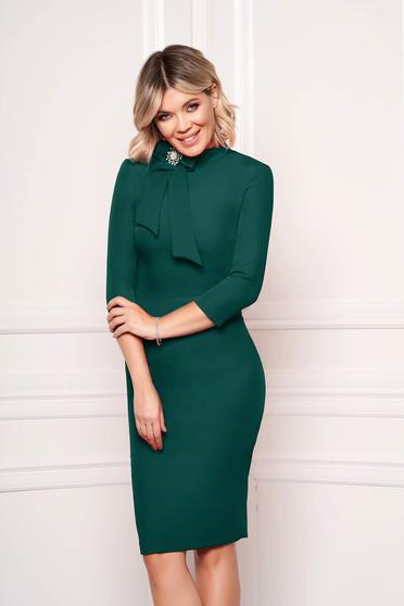 Rochie StarShinerS verde petrol eleganta office midi din stofa elastica accesorizata cu brosa la gat