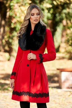 Palton LaDonna rosu elegant lung in clos cu guler din blana ecologica si inchidere cu nasturi