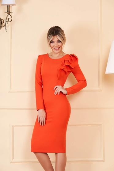 Rochie StarShinerS portocalie cu un croi mulat din stofa usor elastica cu volanase la maneca