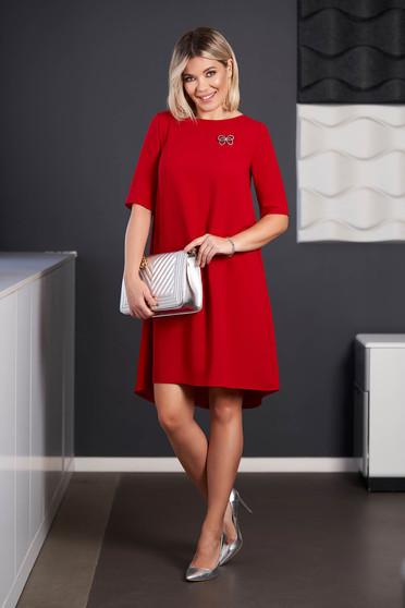 Rochie StarShinerS rosie midi eleganta asimetrica din stofa cu maneci scurte accesorizata cu brosa cu decolteu rotunjit
