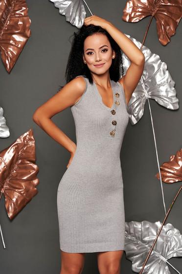 Rochie SunShine gri scurta de zi tip creion din material tricotat fara maneci cu decolteu in v accesorizata cu nasturi